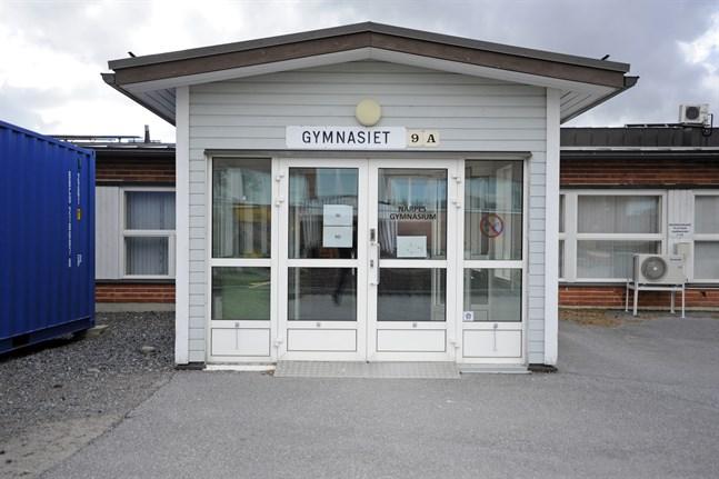 Med kort varsel beslöt staden på söndagen att Närpes gymnasium övergår till distansstudier redan från och med måndag.