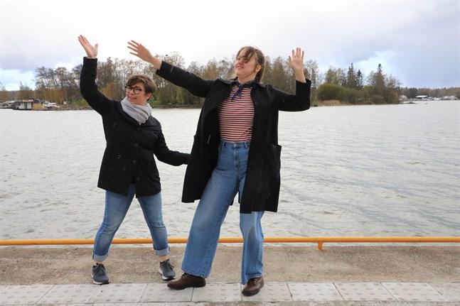 För ut dansen till folket. Annika Sillander, till vänster, är verksamhetsledare på Regionala danscentret i Österbotten. Anni Fahler är nyanställd producent.