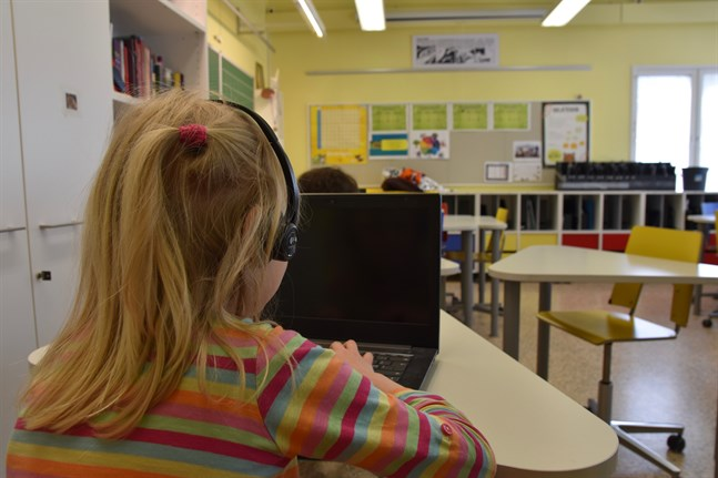 I vissa skolor är det obligatoriskt att läsa engelska redan i årskurs 1–6, medan det är valbart i andra skolor.