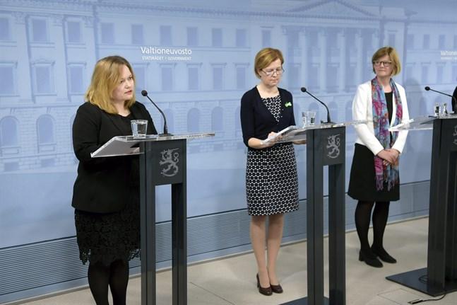 Familje- och omsorgsminister Krista Kiuru (SDP) presenterade myndigheternas nya anvisningar för personer över 70 år tillsammans med Sari Aalto-Matturi, verksamhetsledare vid Psykisk Hälsa Finland och Päivi Topo, direktör för Äldreinstitutet.