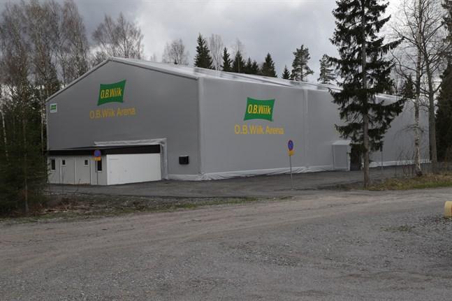 Padelhallen i Smedsby har stått klar sedan slutet av mars.