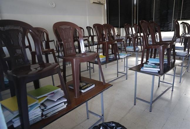 Ett tomt klassrum i en skola i Libanons huvudstad Beirut i mars, efter att landets regering beslutat att stänga skolor och universitet med anledning av coronapandemin. Arkivbild.