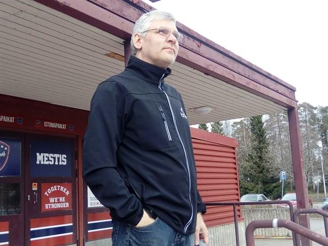 John Sundvik konstaterar att alla idrottsarenor stängdes i mitten av mars.