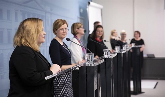 Familje- och omsorgsminister Krista Kiuru (SDP) presenterade myndigheternas nya anvisningar för personer över 70 år tillsammans med Sari Aalto-Matturi, verksamhetsledare vid Psykisk Hälsa Finland, Päivi Topo, direktör för Äldreinstitutet, Minna-Liisa Luoma, forskningschef vid Institutet för hälsa och välfärd och Panu Könönen, marknadsföringschef vid Suomen Latu.