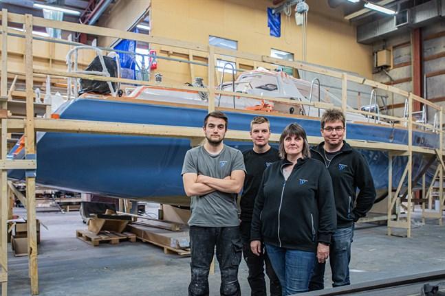 Familjen Karlsson, Sam, Kim, Anne och Östen som alla jobbar på Scandi Yachts framför nya egna segelbåtsmodellen.