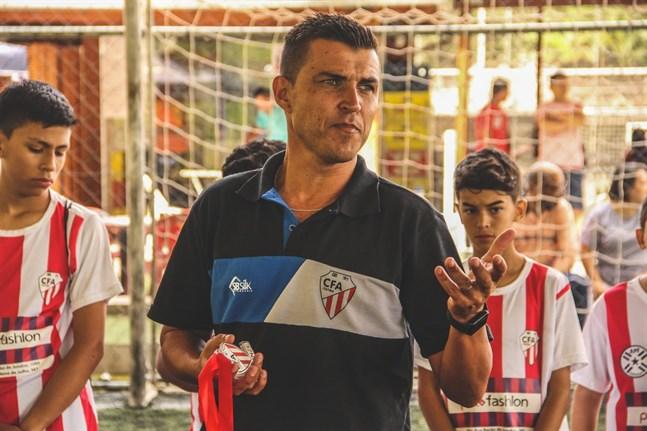 Vitao med sina rödvitrandiga spelare i CFA Itatiba.
