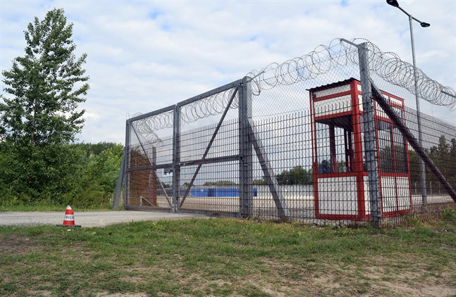 Ett så kallat transitläger i ungerska Roszke som nu ska stängas. Arkivbild.