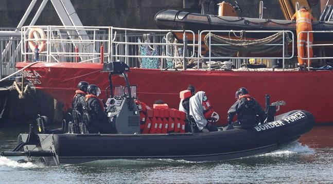 Migranter tas om hand i Dover, Storbritannien, i början av maj.