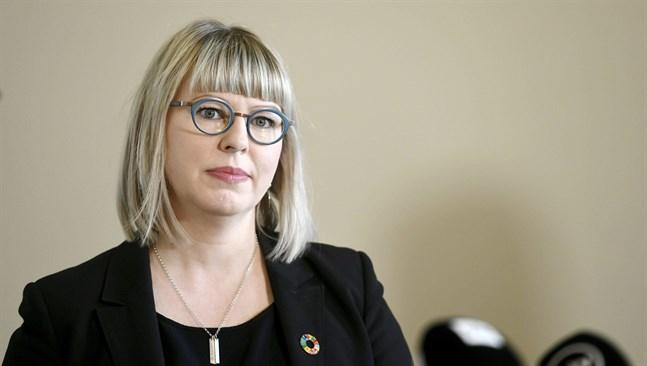 Social- och hälsovårdsminister Aino-Kaisa Pekonen (VF) vill trygga vården av alla som har smittats av coronaviruset och är bosatta i Finland.