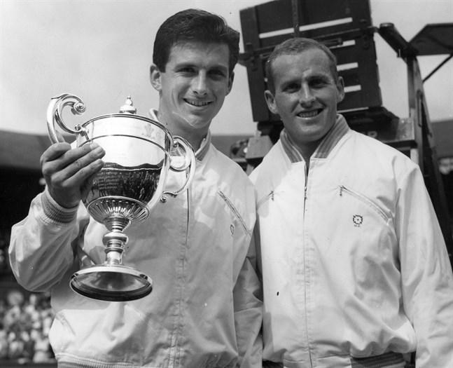 Ashley Cooper, till vänster, med Wimbledonpokalen efter segern över Neale Fraser, till höger, 1958.