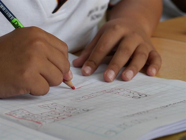 Två bekräftade fall av sjukdomen covid-19 har konstaterats på skolan Sipoonjoen koulu i Sibbo den här veckan. Eleverna i Finland återvände till skolorna den 14 maj.