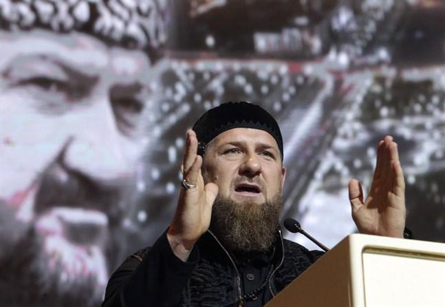 Ramzan Kadyrov rapporteras vara drabbad av covid-19. Bilden är tagen då han höll tal i Groznyj den 10 maj, framför en bild på sin döde far Achmad Kadyrov.