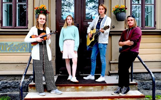 Emma Dahl, Emma Katajamäki, Joona Keturi och Nikolas Siika-aho var Vasa stads sommartister i fjol. Den här sommaren är det fyra nya artister som uppträder för Vasaborna.