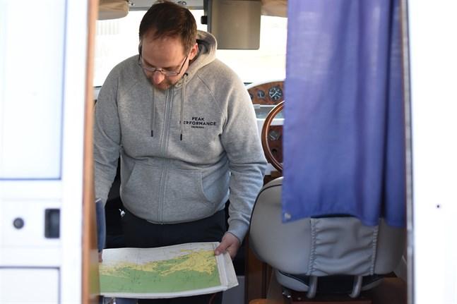 Sjökortet är ett givet inslag i Patrik Norrbos båt.