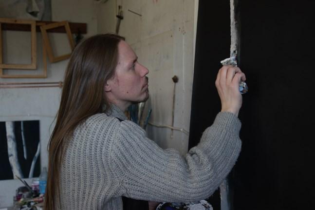 Bildkonstnären Aki Koskinen konstaterar att själva ytan på en målning är levande. Det går inte att fånga den helt på ett fotografi.