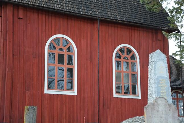 Ulrika Eleonora-kyrkans fönster ses över och spåntaken tjäras.