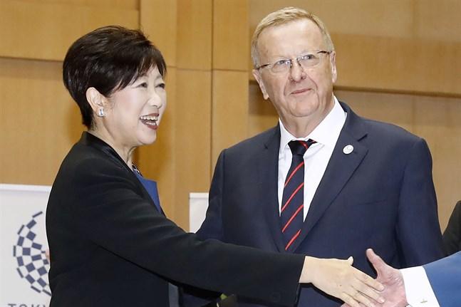 John Coates, chef för Australiens olympiska kommitté och medlem i IOK, har insyn i arbetet med sommar-OS. Här i ett möte med Tokyos guvernör Yuriko Koike i oktober i fjol.