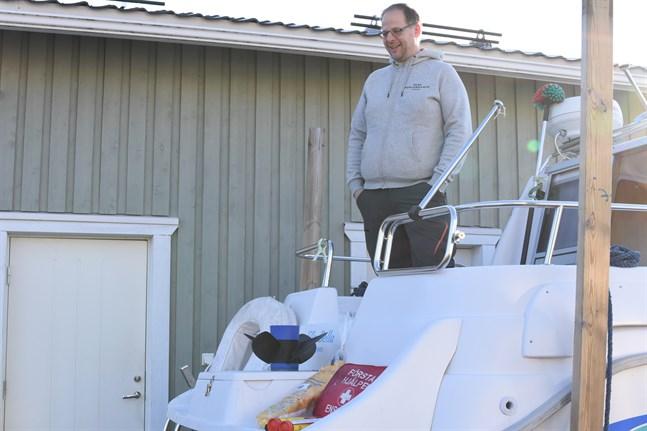 Livboj, extra propeller, räddningslina, nödraketer och första hjälpen-väska. Det är några viktiga ingredienser i säkerhetsutrustningen som Patrik Norrbo har i båten.