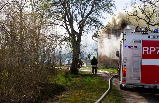 Bild från branden den 23 maj. Då förstördes både boningshuset och två uthusbyggnader.