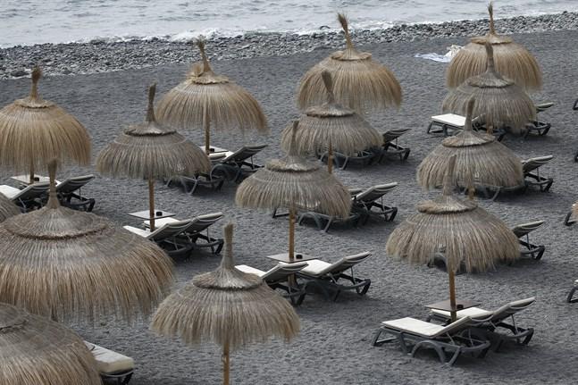 Än ligger många stränder i Spanien öde. Arkivbild från La Caleta på Teneriffa.