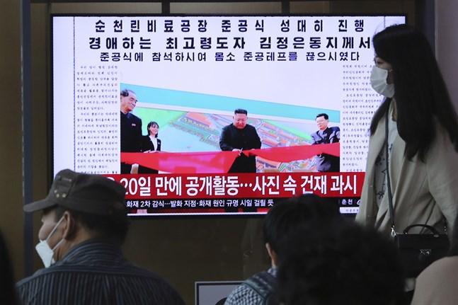 Kim Jong-Un verkade inte rädd för coronaviruset när han senast rapporterades ha visat sig offentligt, den 1 maj. Bild från nyhetssändning på centralstationen i Seoul, Sydkorea.