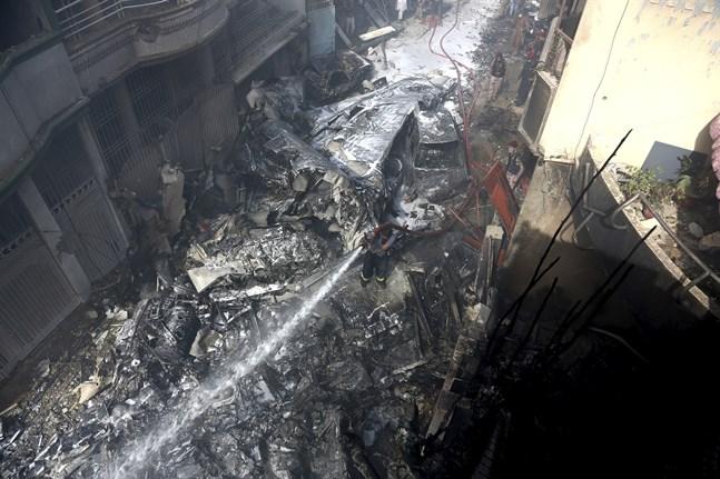 99 personer befann sig ombord på PK8303 när det kraschade i ett bostadsområde.