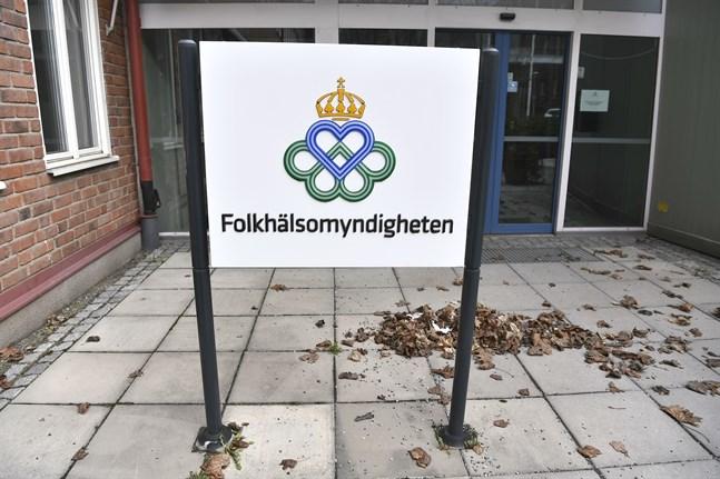 Skylt vid Folkhälsomyndigheten I Solna. Arkivbild.