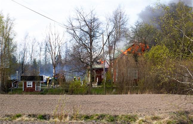 En granne upptäckte branden. Ingen var hemma då elden bröt ut, uppger räddningsverket.