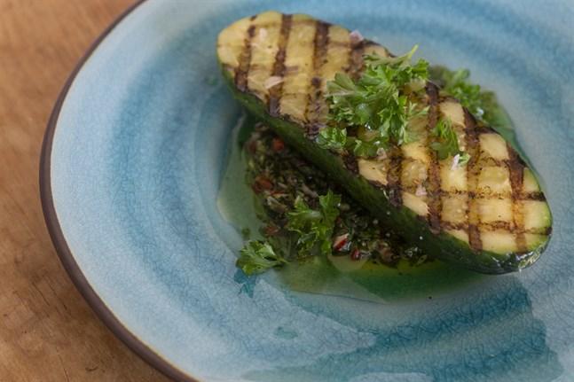 Chimichurrin är en marinad med mycket olja och smak, och passar därför bra till grilltallriken. Välj chili enligt önskad hetta.