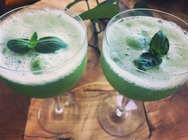 Gurksorbet med thaibasilika passar till exempel bra med tonic, Ginger ale eller bubbelvatten med smultronsmak.