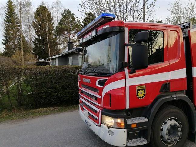 En liten utomhusbastu började brinna på söndagskvällen i Karleby.
