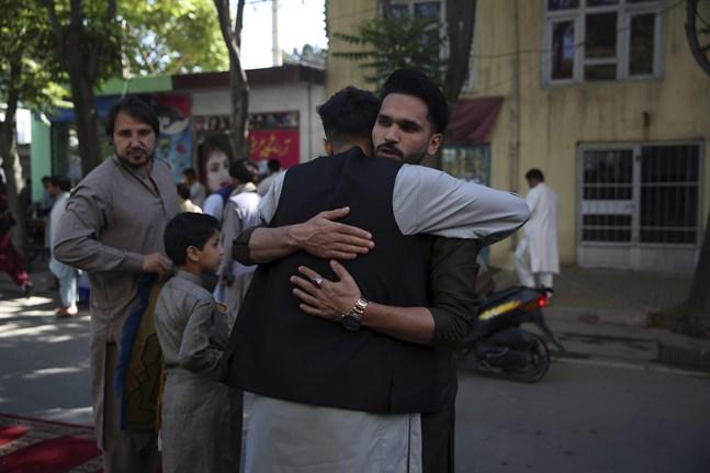 Två män kramar om varandra efter böner i samband med id al-fitr utanför en moské i Afghanistans huvudstad Kabul i söndags.