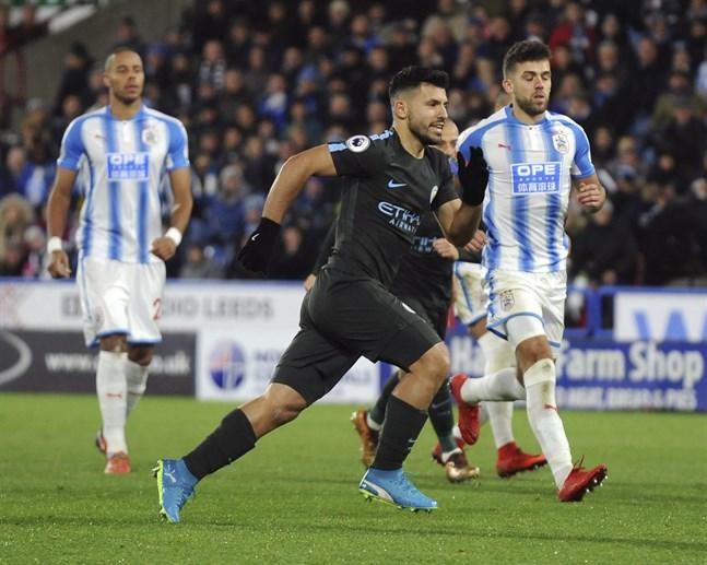 Huddersfield (i blått och vitt) åkte ur Premier League förra säsongen.