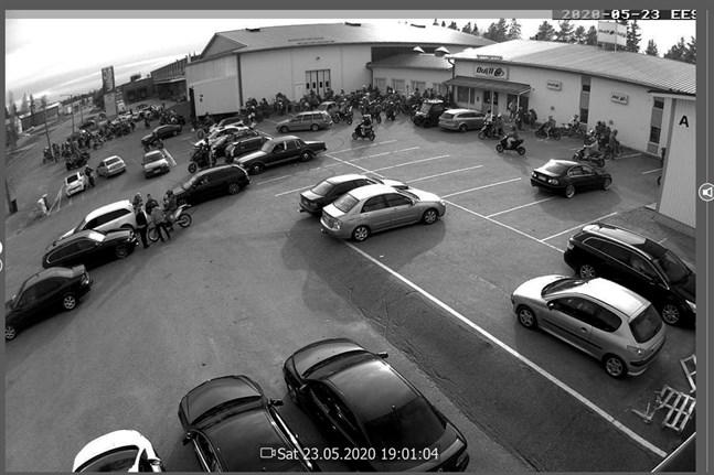 Det var många ungdomar som samlades utanför Duell Bike Center på lördag kväll och de skräpade ned rejält. På söndag var de ändå där och städade upp efter att Dennis Nylund rutit till på facebook.