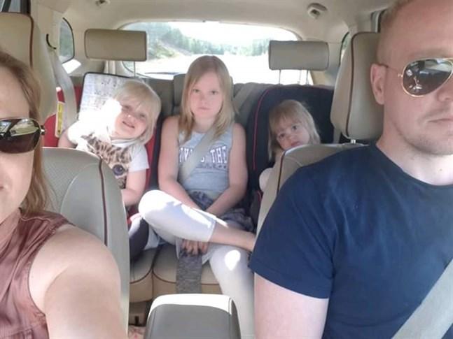 Anna och Andreas Ribacka i bilen. Där bak sitter barnen Jennifer, Natasha och Joanna.