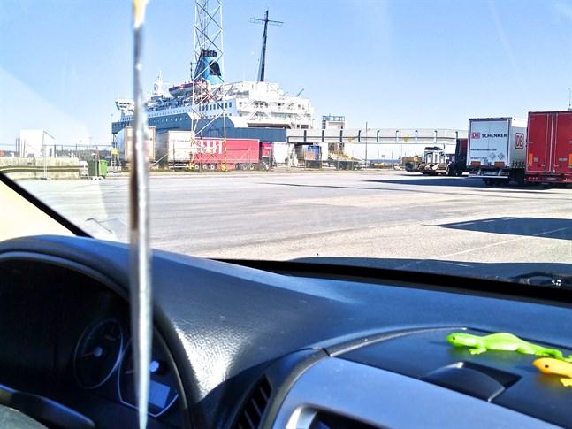 Det är få trafikanter och resenärer som åker färja från Vasa till Umeå nu. En vanlig vardag kan det röra sig om 40-50 personer. Bilden är tagen i Holmsunds hamn.