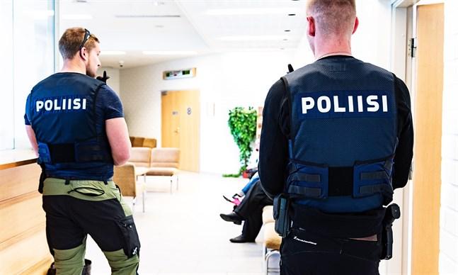 Extra polisbevakning hade ordnats till rättegången i Österbottens tingsrätt i knivfallet i tisdags.