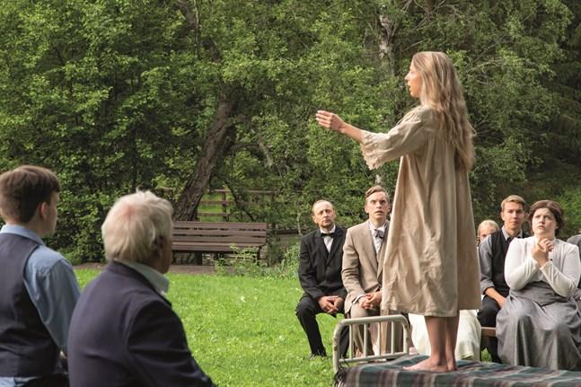 Maria Åkerblom (Alexandra Mangs) predikar.