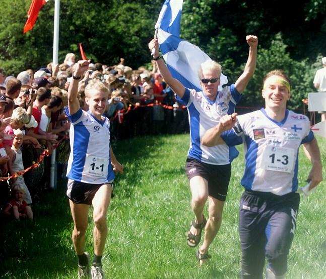 Jarkko Huovila, Pasi Ikonen och Mats Haldin stormar mot EM-guld i stafett efter en rafflande avslutning. 2004 i Roskilde.