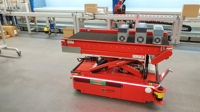 Robotvagnen Aalto kör runt med frekvensomriktare i fabriken i Runsor i Vasa.