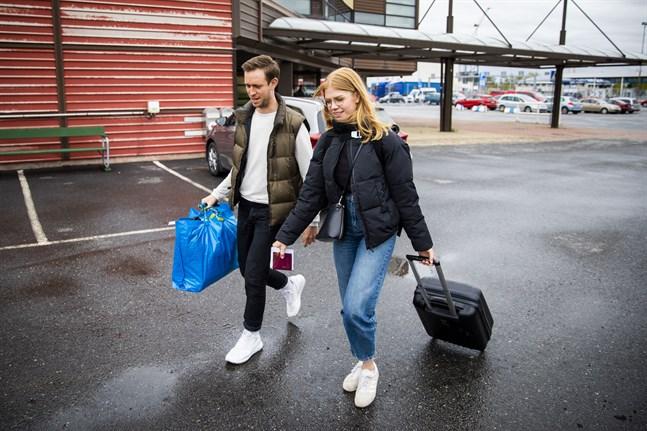Benjamin Streng, 29 och Olivia Nilsson, 25, återförenades vid färjterminalen på Vasklot.