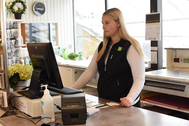 Det bästa är att jag får träffa mycket folk, säger Melissa Sundblad om sommarjobbet på Engelqvist.