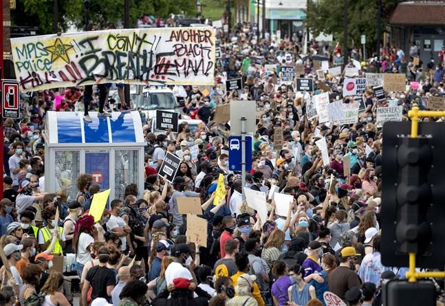 Demonstranter på Minneapolis gator efter det uppmärksammade dödsfallet.