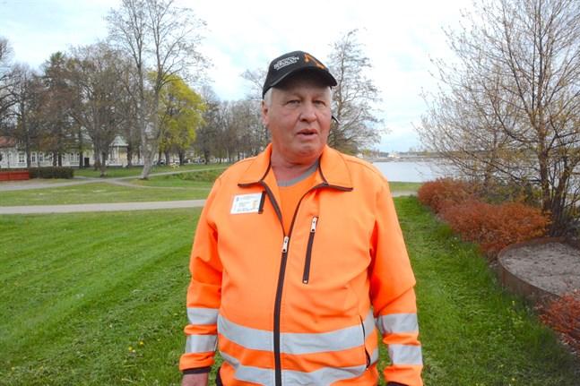Rainer Frönäs, arbetsledare på Krs Gatu får snart sällskap av ett gäng sommararbetare.