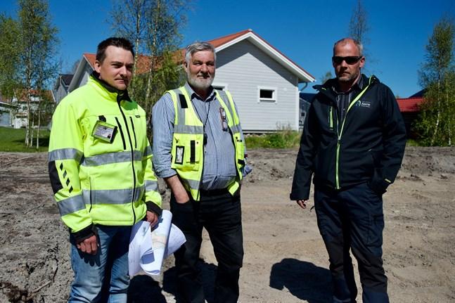 Frank Bäcksholm, Jan-Ole Bäck och Matias Knuts vid lekparken i Kivilös.