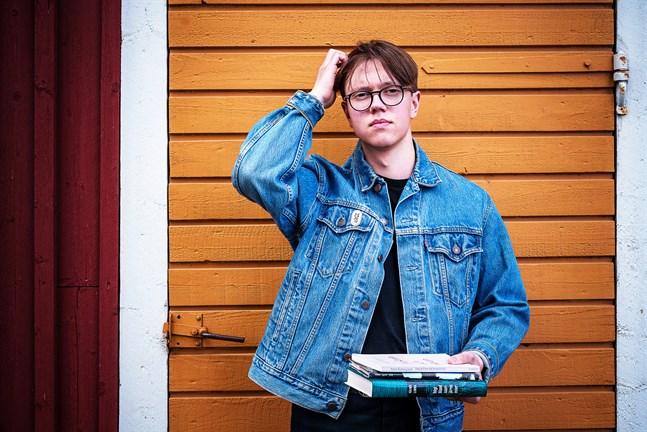 Jakob Holm vill inspirera till läsning. Bland författarskap som varit betydelsefulla för honom själv hittas Väinö Linna, Søren Kirkegaard och Gösta Ågren.