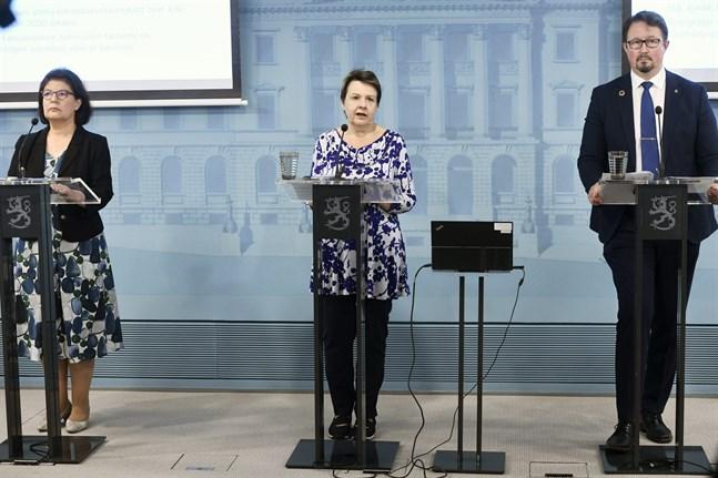 Social- och hälsovårdsministeriets strategichef Liisa-Maria Voipio-Pulkki, kanslichef Kirsi Varhila och Mika Salminen, direktör för avdelningen för hälsosäkerhet vid Institutet för hälsa och välfärd (THL) uppdaterade finländarna om coronaläget på torsdagen.