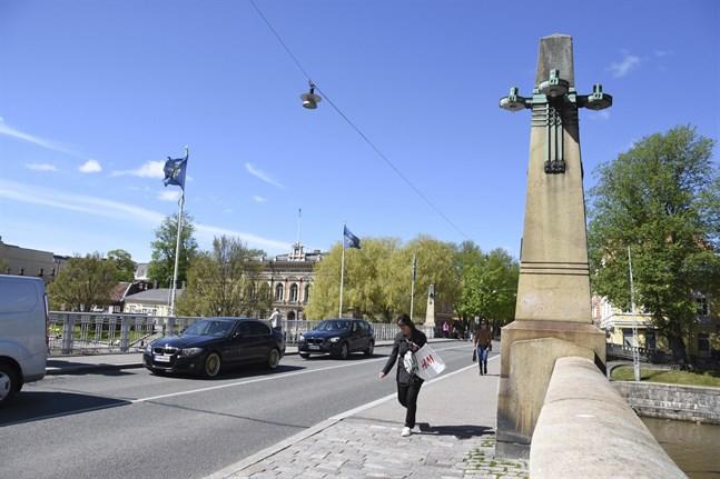Bilar kan förbjudas på Aurabron i Åbo centrum. Majoriteten av deltagarna i medborgarpanelerna förespråkade ett förslag där Aurabron reserveras enbart för kollektivtrafik.