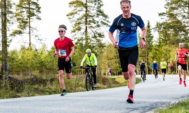 Kevin Sandell – med en nummerlapp från maran i Amsterdam på bröstet – sprang leende genom startfältet och var först över mållinjen i Vestersundsby. Nestorn Stefan Storvall (till höger i bild) tog något mera tid på sig.
