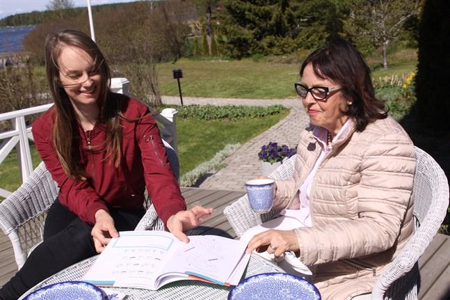 Julia Glasberg och Lisen Häggblom är mycket nöjda med matematikbokens slutresultat.